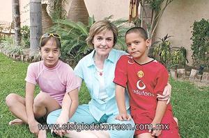 Malena Díaz Flores de Sesma con sus hijos Malena y Felix Sesma Díaz Flores.