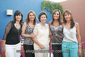 <I>UN BONITO FESTEJO</I><P> La festejada junto a sus hijas, Carmen, Ángela, Susana y Cristina.