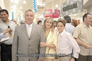 Pedro Luis acompañado de su familia.