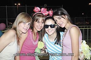<I>LUCÍA CUMPLE QUINCE AÑOS</I><P> Lety Núñez, Elva y Natalia Rodríguez y Rosy Bello.