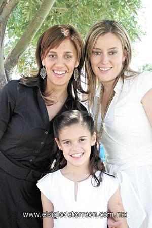 Andrea Raigosa Sánchez con su madre Ana Isabel Sánchez de Raigosa y su madrina Laura Sánchez Von Bertrab.