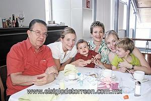 Bernardo Martínez, Maritere Martínez Hamdan, Tere Hamdan de Martínez, Cristina Martínez y los niños Luisfer y Bernardo.