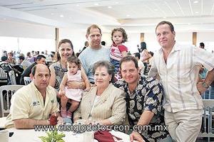 Myrna Kaim de Mafud y sus hijos Fernando, Alfredo, Myrna, Gerardo y Mauricio Mafud Kaim y sus nietas Sofía y Roberta.