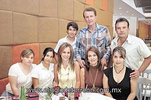 <I>¡FELICIDADES MAMÁ!</I><P> Graciela y Raúl Barraza, Gabriela y Luis Espinosa, Graciela Barraza, Gaby y Luciana Ito.