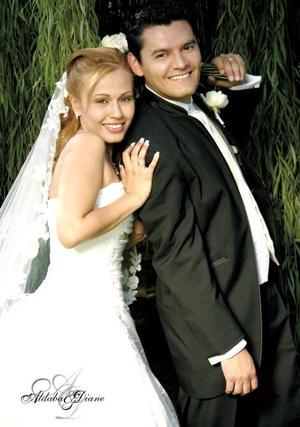 C.P. Alfredo Alonso Barraza Barbosa y C.P. Cecilia Valadez Sánchez contrajeron matrimonio en la parroquia de Santa María de Guadalupe el pasado 20 de mayo.  <p> <i>Estudio: Aldaba</i>.