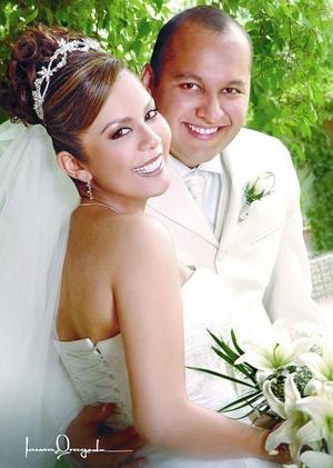 C.P. Édgar Leonardo Hernández de Santiago y C.P. Claudia Iveth Torres contrajeron matrimonio el pasado 22 de abril en la capilla de Casa de Cristiandad. <p> <i>Estudio: Laura Grageda</i>.
