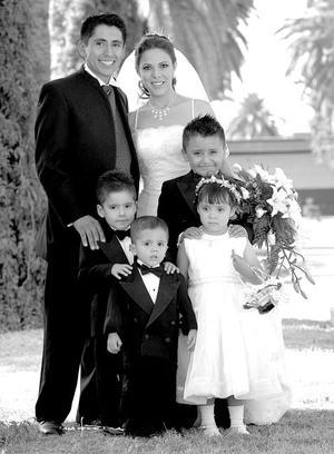 C.P. Maricela Rosales Ulloa y Dr. Juan José Estrella Álvarez, el día de su enlace nupcial acompañados por sus pajecitos Diana Lizeth y Cristhian Hernández Estrella, Ricardo y Miguel Rosales. .<p> <i>Estudio: Maqueda</i>.