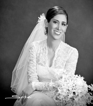 C.P. Mónica de Lara Camacho, el día de su boda con el Ing. Raúl A. González Cantú.<p> <i>Estudio: Sosa</i>.