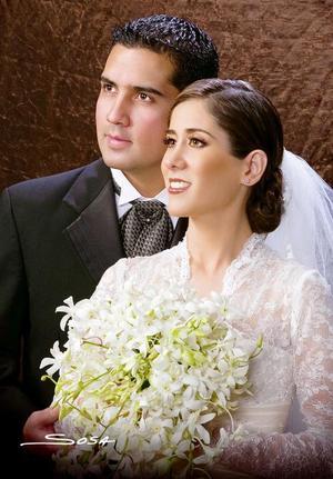 Ing. Raúl A. González Cantú y C.P. Mónica de Lara Camacho recibieron la bendición nupcial en la parroquia Los Ángeles, el pasado 29 de abril.<p> <i>Estudio: Sosa</i>.