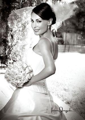 LC.I. Berenice Jazmín Jáuregui Castillo, el día de su boda con el Ing. Guillermo Cabelaris Monreal. <p> <i>Estudio: Laura Grageda</i>.