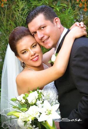 Ing. Juan Gerardo Vitela Sandoval y Lic. Selene Galván Hernández contrajeron matrimonio en la parroquia de la Inmaculada Comcepción, el pasado 22 de abril.<p> <i>Estudio: Sosa</i>.