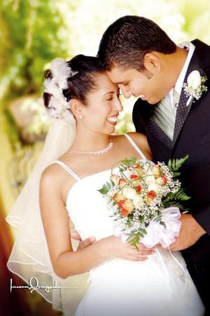 Ing. Miguel Jesús Maciel Molina y Srita. Eyra Yazmín Gutiérrez Rosales contrajeron matrimonio en la capilla de San Judas Tadeo. <p> <i>Estudio: Laura Grageda</i>.