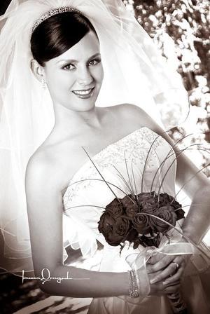 Lic. Diana Ruth Ortiz, el día de su enlace matrimonial con el Lic. Mario Alberto Juárez Castillejos . <p> <i>Estudio: Laura Grageda</i>.