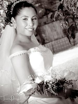 Lic. Rosa Griselda Gutiérrez Rosales, el día de su enlace nupcial con el M.V.Z. Héctor Armando Flores Conyers. <p> <i>Estudio: Laura Grageda</i>.