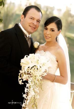 Sr. Carlos Enrique Ortueta Sáenz y Srita. Belinda Alejandra Villarreal Arellano recibieron la bendición nupcial en la parroquia Los Ángeles, el viernes 31 de marzo.<p> <i>Estudio: Maqueda</i>.