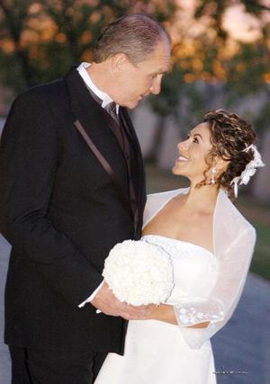 Sr. Daniel V. Malloy y Srita. Patricia Borrego Anzures contrajeron matrimonio el pasado primero de abril de 2006.<p> <i>Estudio: Maqueda</i>.