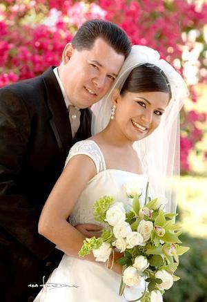 Sr. Oliver Azuara Linares y Srita. Rocío Camarena Rodríguez contrajeron matrimonio en la parroquia de la V. de la Encarnación, el 29 de abril. <p> <i>Estudio: Maqueda</i>.