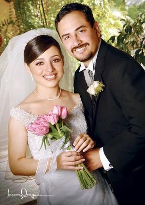 C.P. Rubén Darío Muñoz Rodríguez y C.P. Ana Obdulia Sánchez Aragón contrajeron matrimonio el pasado 20 de mayo en la parroquia Los Ángeles.  <p> <i>Estudio: Laura Grageda</i>.