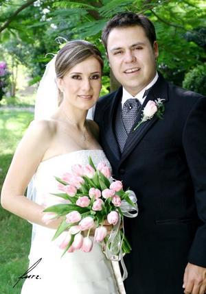 Sr. Juan Antonio Múzquiz Lazalde y Srita. Adriana Ortega García recibieron la bendición nupcial en pasado tres de junio en la parroquia Los Ángeles.