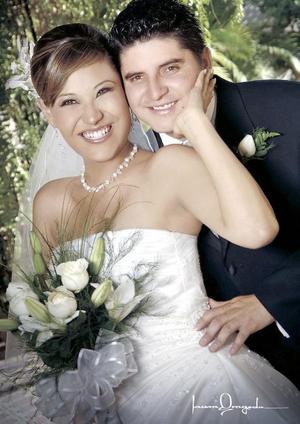 Sr. Luis Gerardo Martínez Sánchez y Srita. Denisse Guerrero Nafarrete contrajeron matrimonio en la parroquia de San Pedro Apóstol.  <p> <i>Estudio: Laura Grageda</i>.