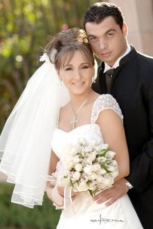 Sr. Ángel Eduardo Corres Arratia y Srita. Natalia Hinojosa Villar contrajeron matrimonio religioso el pasado 20 de mayo en la parroquia de San Pedro Apóstol.   <p> <i>Estudio: Maqueda</i>.
