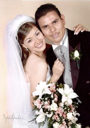 Lic. Raymundo González de la Paz y Srita. Verónica Ruvalcaba Muro contrajeron matrimonio el pasado 22 de abril en el Centro Cristiano Pacto de Gracia.   <p> <i>Estudio: Sepúlveda</i>.