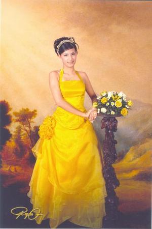 Srita. Karla Teresa Peña Medina en una fotografía de estudio con motivo de sus quince años.