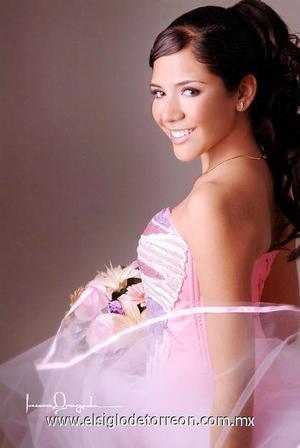 Srita. Miriam Analí Calderón Estrada, en una foto de estudio con motivo de sus quince años.