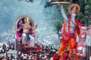 Sumergen a Ganesh, dios hindú