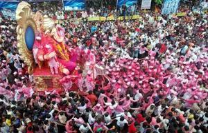 Miles de hindúes se dan cita en Maharashtra para los festejos  de la deidad.