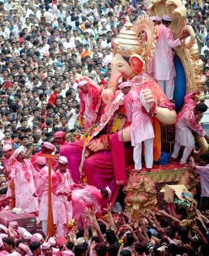 Ganesha es venerado durante ocho de los diez días y es sumergido en el río durante el último día.