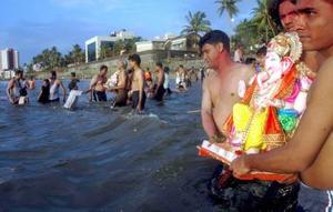 Devotos hindúes sumergen en el mar esculturas de la divinidad Ganesh en Bombay (Maharastra).
