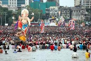 Devotos hindúes sumergen en el mar una figura del dios hindú Lord Ganesh en Maharashtra, Bombay, India.