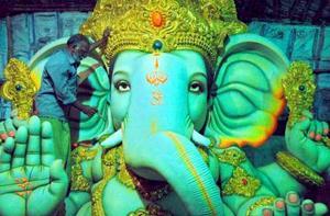 El dios hindú Ganesh encabeza uno de los festivales más grandes del país. <p> La cabeza dorada de la deidad auspicia que se superarán los obstáculos.