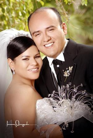 Ing. Daniel Jiménez Aguirre y C.P. Azucena Ramírez Catarino recibieron la bendición nupcial en la parroquia de Nuestra Señora de Guadalupe, el sábado 15 de julio de 2006.  <p>  <i>Estudio: Laura Grageda</i>