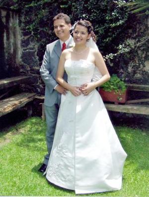 Dr. Isaac Solís Bretado y Srita. Ericka Ali Carrillo Montaño contrajeron matrimonio en la Ciudad de México, el sábado ocho de julio de 2006