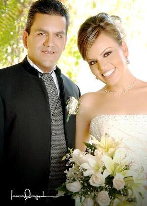 Dr. Manuel Armando Morán Tenorio y L.D.G.Tereliz Hernández Romo recibieron la bendición nupcial el pasado 22 de julio en la capilla de la Santa Cruz.   <p>  <i>Estudio: Laura Grageda</i>