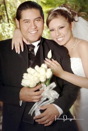 Sr. Alberto Alejandro Ramírez Mendoza y Srita. Diana M. Valenzuela Muñoz contrajeron matrimonio religioso en la parroquia de La Inmaculada Concepción, el pasado 11 de agosto de 2006.   <p>  <i>Estudio: Laura Grageda</i>