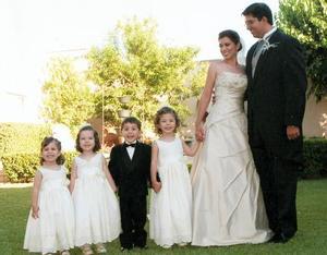 Srita. Oti Rojero Valenzuela y Sr. Antonio Montaña Álvarez, el día de su boda acompañados por sus pajecitos, María José y Emilio Rojero Rodríguez, Paulina Montaña y Marcela Rojero.