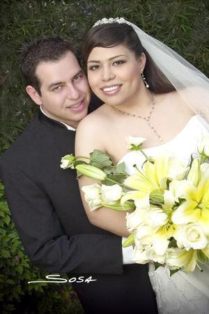 Sr. Carlos Alberto Máynez Rivera y Srita. Graciela Escobedo Salazar contrajeron matrimonio en la parroquia Los Ángeles, el sábado 19 de agosto de 2006.  <p>  <i>Estudio: Sosa</i>