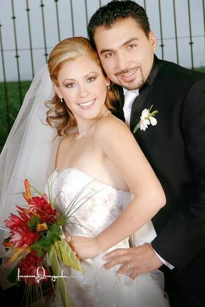 Sr. Carlos Guillermo Anaya de Torre y Srita. Claudette Carolina Cepeda Álvarez contrajeron matrimonio en la parroquia de San Pedro Apóstol, el sábado tres de junio de 2006.  <p>  <i>Estudio: Laura Grageda</i>