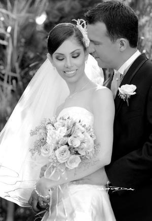 Srita. Karina Estrella Landeros García, el día de su boda con el Sr. Eduardo Atilano Gutiérrez.  <p>  <i>Estudio: Maqueda</i>
