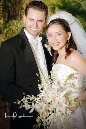 Sr. Eduardo Burgos Córdova y Srita. Ivonne Márquez Sifuentes contrajeron matrimonio el pasado 29 de julio en la parroquia  de San pedro Apóstol.   <p>  <i>Estudio: Laura Grageda</i>