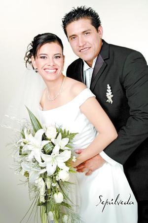 Sr. Guillermo Félix Martínez y Srita. Sandra Luz Nevárez Ledezma contrajeron matrimonio en la Catedral de Nuestra Señora del Carmen, el sábado 19 de agosto de 2006.   <p>  <i>Estudio: Sepúlveda</i>