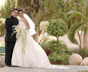 Sr. Miguel Ángel Salgado Salas y Srita. Sara Aguillón Cabañas recibieron la bendición nupcial el pasado 15 de julio en el Templo Metodista San Pablo.   <p>  <i>Estudio: Maqueda</i>
