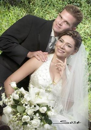 Sr. Paul Ernest Niemeier y Srita. Rosa Martha de la Cruz Urquizo contrajeron matrimonio en la Catedral de Nuestra Señora del Carmen, el pasado cinco de agosto de 2006.   <p>  <i>Estudio: Sosa</i>