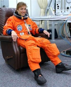 Los astronautas subieron a la autocaravana que les condujo hasta el Atlantis saludando a las cámaras, incluso la astronauta Heidemarie Stefanyshyn-Piper se permitió un hola mami.