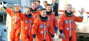 LOS ASTRONAUTAS <HR> Los seis astronautas del Atlantis  ocuparon sus puestos unas dos horas y media ante del lanzamiento.