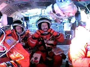 En tierra, la NASA centró su atención en varias cámaras dirigidas al Atlantis durante su ascensión, ante la posibilidad de que se desprendiera el material aislante que recubre el tanque externo de combustible, la avería que acabó con su predecesor Columbia.