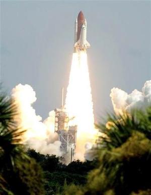 Atlantis lleva una de las cargas más pesadas lanzadas al espacio _ 17 toneladas y media se secciones del fuselaje que serán agregadas a la estación internacional. Incluye dos paneles solares que generarán electricidad para la estación orbital.